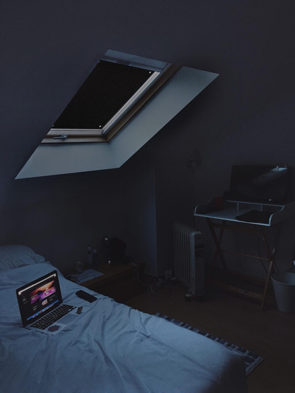 Sonnenschutz für Dachfenster | Perfekt für Velux und Roto Fenster | 100% Verdunkelung | Sonnen und UV Schutz Schwarz Schlafzimmer